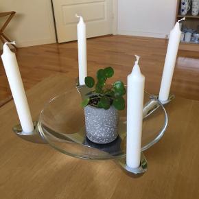 Stelton rustfri stål lysestage til 4 kronelys og med glas skål på 28 cm. I diam.   Perfekt til jul, påske eller til årstidens blomster eller frugt.