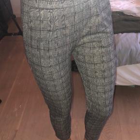 Grå, sort, hvid ternede bukser med glimmer i fra PIECES. Har elastik i livet og en lomme i hver side. Brugt få gange