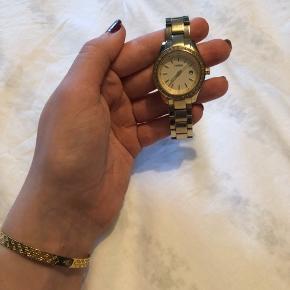 Sælger dette fine fossil ur Batteriet skal skiftes Har lidt brugstegn, men fejler ellers intet Super smukt ur
