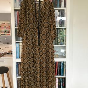 Smuk kjole til hverdag og fest - forkert størrelse til mig derfor er kjolen aldrig brugt.