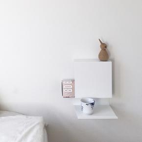 Anne Linde ledgeable natbord i hvid. Få brugsspor, stadig rigtig fint!  Bemærk en meget lille misfarvning på bordet.