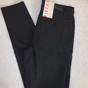 Skinny jeans.  Ny med prismærke.