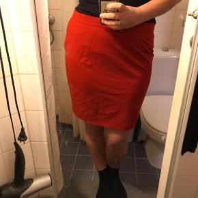 Fin rød højtaljet nederdel. Mangler knap