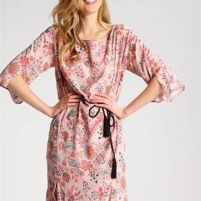 Varetype: Super Smuk - kjole - NY!! Størrelse: 32 (34) Farve: se billede Oprindelig købspris: 2199 kr.  Virkelig Smuk kjole i sommerfarver fra Day Birger Mikkelsen. Helt NY og stadig med tags!! Kjolen er en str. 32, men den er stor i størrelsen, og passer fint en str. 34.  -- mindstepris 500 pp --  Se også mine andre annoncer, og gør en god samlet handel !!  Ved TS-handel tillægges 4% i TS-gebyr