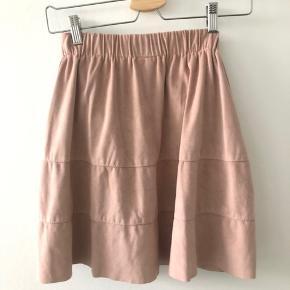 Fin nederdel i ruskind.  Brugt få gange.