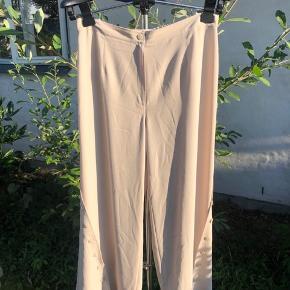 Flotte beige bukser i str 42 Super lette Knapper fra knæet og ned (ses på billede nr 2)  Byd gerne