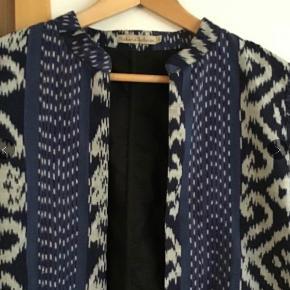 Lækker cardigan \ jakke. Måler fra ærmegab til ærmegab 50 cm. Længden 57 cm.