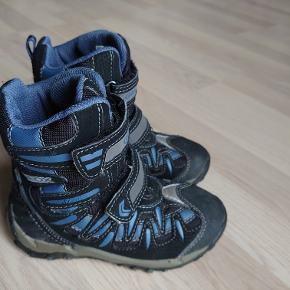 Sort/blå lækker støvle fra Geox. Det eneste spor af brug er i siden, hvor det blå print er krakeleret en smule.  Røgfrit hjem. Sender gerne, køber betaler porto :) Bytter ikke.