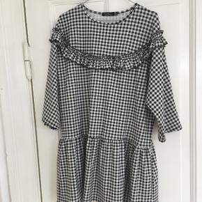 Super flot ternet kjole med flæse detaljer #sort #hvid