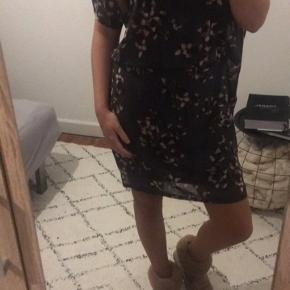 Sød tunika/kjole i grå med blomsterprint 😍 Str: XS men passes også af str. S 🌸