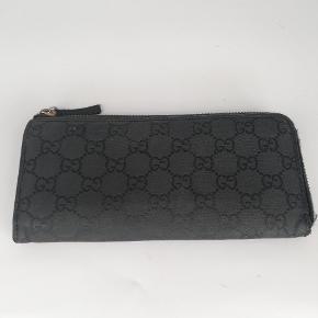 Gucci longwallet 🍂  Der er plads til alt man har brug for🌸  Det er en smuk sort farve 🖤  Har meget få tegn på brug 🌸  Jeg har desværre intet originalt tilbehør da den er købt vintage ♻️
