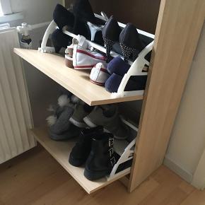 Dette skoskab er et praktisk møbel til den moderne og nordiske indretning. Skoskabets ramme er enkel, og derfor meget neutral. Skoskabet fylder lidt - men opbevarer meget! Sælges pga. flytning.  Hvis dette har din interesse, er du meget velkommen til at kontakte mig.