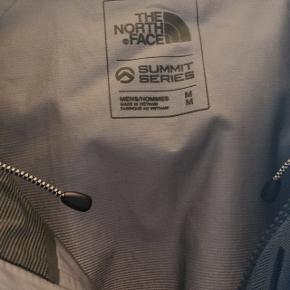 Som ny ! The North Face købt i Eventyrland Flot herre jakke str M Næsten ikke brugt Sælges da den er blevet for lille.  https://www.eventyrsport.dk/summit-l5-fuseform-gtx-performance-jack-0131700330.html?c=179137&s=1704&gclid=CjwKCAjwldHsBRAoEiwAd0JybTZGasVVhRWWgs6iEpnXfQz4x-Vh-FHgvi2kq_IVQgKi48yLtrR5choCSA4QAvD_BwE