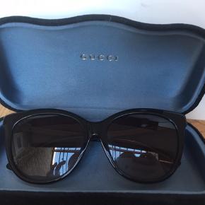 Solbrillerne har lidt ridset glas, og har en større ridse som ses på sidste billede. Men de er stadig super flotte!  Ny pris: 2100 kr