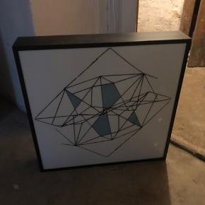 Lysende tavle/lampe. Måler ca. 53 cm x 53 cm. Der medfølger en blank plade som man selv kan dekorere.