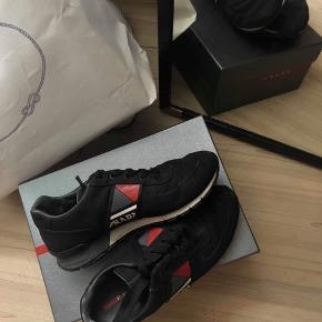 Sælger disse lækre Prada sneakers i str. 42, men fitter forholdsvis som en 43.  Alt OG - 1.500 er mindste prisen, og den er fastsat!