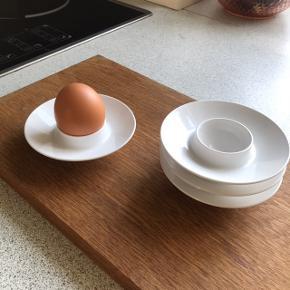 Fire stk. Æggebægere fra Rosti Mepal 💫 hvide og måler ca. 10 cm i diameter. Prisen er pr. Stk.   Bemærk - afhentes ved Harald Jensens plads eller sendes med dao. Bytter ikke 🌸  💫 Æggebæger æg ægge bæger ægge bægere retro loppefund mepal rosti plastik
