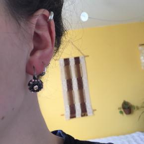 Fine øreringe med lyserøde sten.  De er brugt få gange og har ingen tegn på slid.  Den kan afhentes i Odense M eller sendes med brev for 9kr.  Ved køb af flere varer gives der mængderabat. Bud er velkomne.
