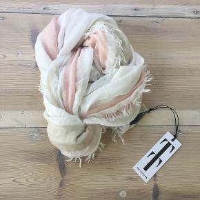Nyt Ubrugt tørklæde fra TIF-TIFFY i creme/rosa i viscose/polyester  i str 80x200 cm. Bytter ikke. Sælges for 237 kr inkl porto. Se også mine andre annoncer!!!