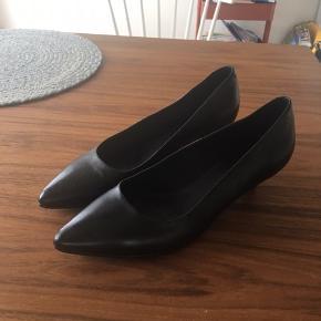 Brugt et par timer til en bryllupsreception. Alm. 38'er. Lille hæl 1,5 cm ca. Perfekt all round sko til hverdag eller fest.