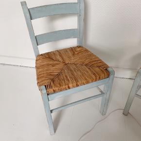 2 pastelblå stole med flettet sæde. Siddehøjde 28 / Siddebrede 29 - Pris 225kr pr stk