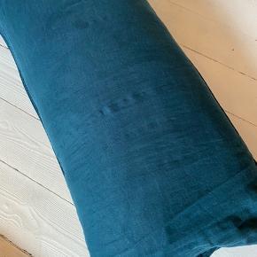 2 styks hør pudebetræk. Måler 90 x 50 cm. Super lækker kvalitet og flot i farven. Sælges til 90,- stykket.