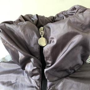 Letvægt vinter jakke fra Emporio Armani EA7. Brugt lidt, fejler intet, er som ny.  Str Small.  Nypris: 2499kr.  Byttes ikke.
