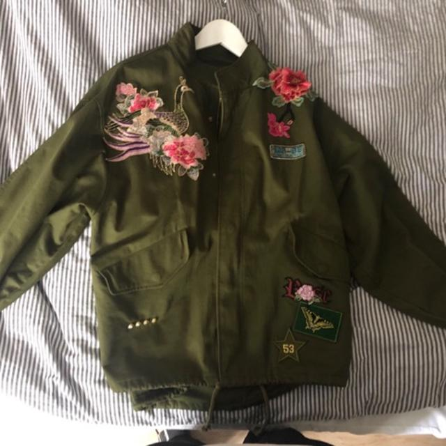 armygrøn jakke med broderi
