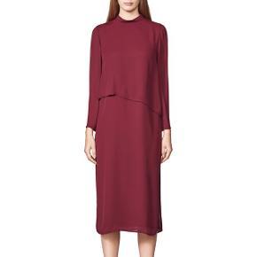 Np. 1500kr Billederne viser ikke at kjolen har en fin slids på siden. Den super smuk på, med den åbne ryg.    BYD