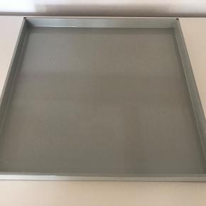Fin lysegrå lak bakke for det populære Oi Soi Oi.  Mål 34x34 cm. Sælges for 200kr. Der er meget lidt afslag af lakken i 2 hjørner. Pris derefter. Nypris 499.-