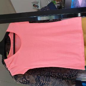 Brand: la halle Varetype: t-shirt Farve: pink  30 kr er over mobile pay. Ellers bliver der lagt ts gebyr på. 1 del 30 kr. 4 dele 100 kr.