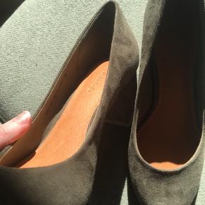 Bianco Heels i olivengrøn! Hælen er 6 cm.  Overdel - tekstil Indersål - skind Bund - Syntetisk