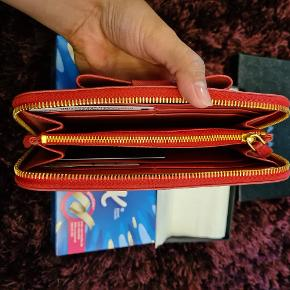 Prada wallet,  come wit box n authenticity card. Fast pris