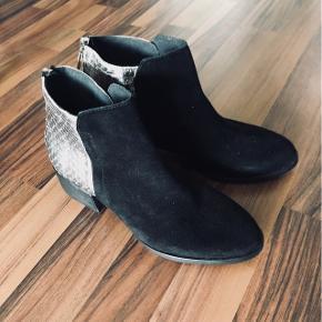 Stylesnob støvler i sort ruskind. Aldrig brugt!