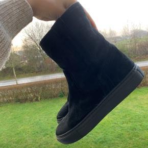 Billi bi Sport   God vinterstøvle som er foret hele vejen indeni.  Brugt et par gange  Str 37   Nypris 1200  MP 600  Køber betaler fragt