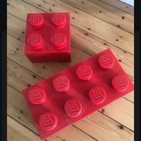 2 røde LEGOkasser.  70 kr for den lille.  100 kr for den store.   Afhentes Gladsaxe.