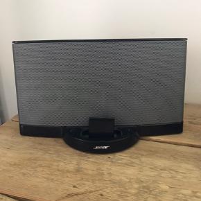 Flot og velholdt Bose sounddock II som er lavet om til en trådløs højtaler i ved hjem af den lille adapter foran. En højtaler med fantastisk og stor lyd.  Byd!