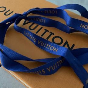 Blåt Louis Vuitton bånd 🤍  Kan sendes med post Nord for 10 kr