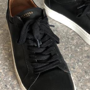 Varetype: Sneakers Farve: Sort Prisen angivet er inklusiv forsendelse.  Brugt under 5 gange. Sælger betaler fragt til nærmeste pskkeshop