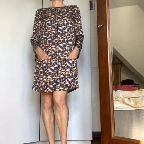 🤍BYD🤍💙 Kjolen er brugt 2 gange og fremstår som ny.  Let og blød mod huden, skøn at have på. Kan bruges hele året☀️ 100% Polyester