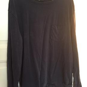 Sweatshirt med lomme på brystet.