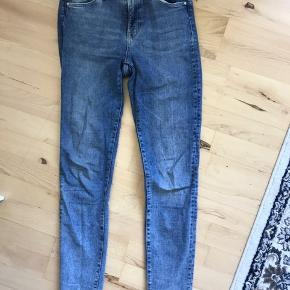 Flotte shaping-jeans fra H&M i størrelse 30/32. Fejler ingenting. Sælger, da jeg købte dem for små.