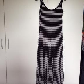 Sommerkjoler fra Vero Moda i str. S.  1 Sort & hvid stribet. 1 grå  2 sorte   Brugt få gange.. 40 kr. Pr stk. eller alle 4 for 125 kr.😊  Befinder sig i stige