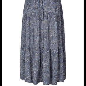 Helt ny nederdel i stylenavn Mornings. Kun prøvet på så som ny. Køber betaler fragt. Se venligst mine andre annoncer ✨