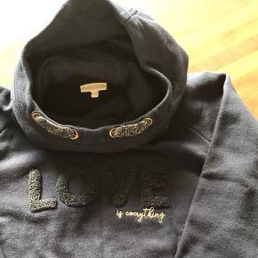 Lækker sweatshirt med hætte, kun brugt en enkelt gang. (Nypris var 349 kr)