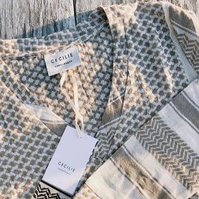 Flot skjorte fra cecilie copenhagen. Er kun prøvet på.  Shorts i samme print og farve sælges også :)   Mp 300 for begge
