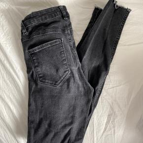 Jeans fra Gina Tricot med huller på knæene. Der er et hul ved bælteremmen (se sidste billede)