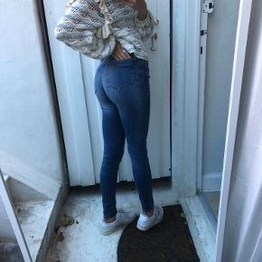 Mega finde stramme bukser fra mango, sidder flot på numsen