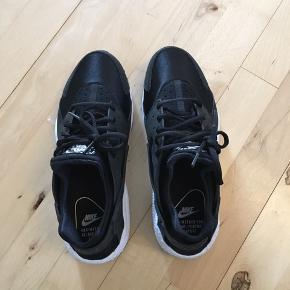 Varetype: Sneakers Størrelse: 42 Farve: Sorte,Hvid Oprindelig købspris: 1000 kr. Prisen angivet er inklusiv forsendelse.  Fede Nike Huarache sneakers sælges. De er kun prøvet på en gang indendøre, og aldrig brugt udendørs.  Det er en str. 42. Jeg er normalt en str.41, men de passer mig fint.  Mindstepris: 600 inkl. porto.  Og nej, jeg bytter ikke.  Mvh. Nina