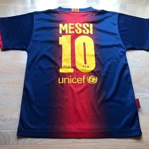 Fodboldsbluse. Fodbold bluse. Fodboldtrøje.   Med Messi på ryggen ❤️  Str. 8 år.   Org. Merchandise Barcalona trøje.  Er ret sikker på den ikke har været brugt.  Nypris: 300,-  Mp: 100,-  Se også mine andre annoncer. Har virkelig meget til drenge.